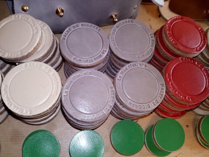 cuir beige, gris ou rouge